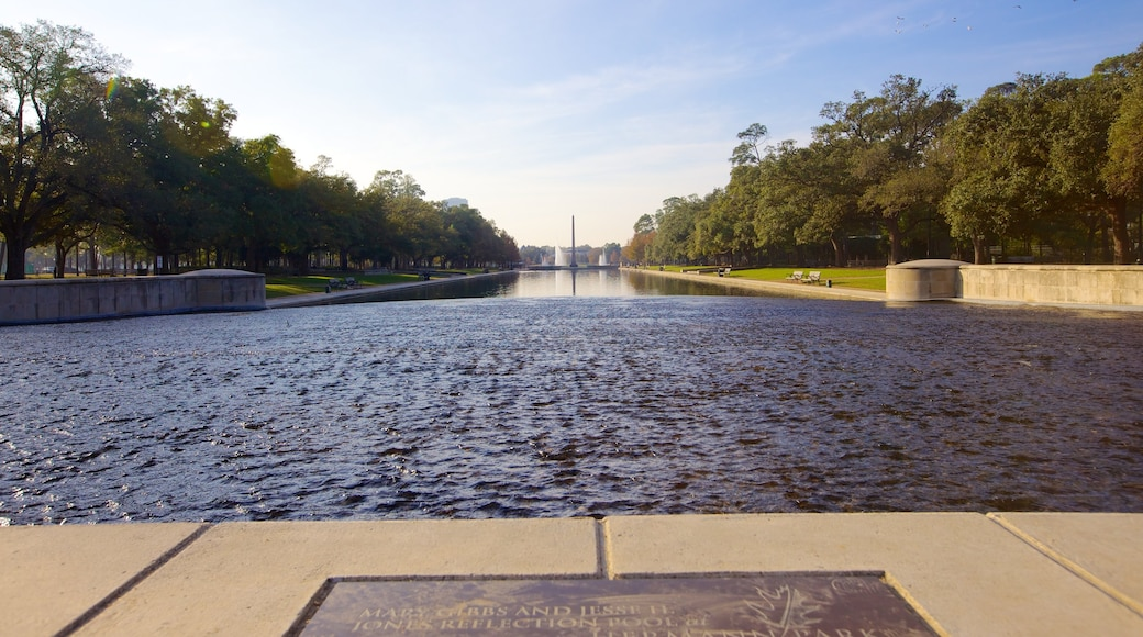 Hermann Park mostrando um lago e um jardim