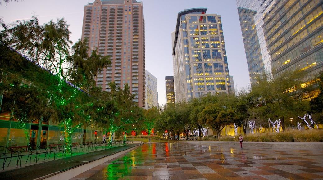 Discovery Green caracterizando distrito comercial central, uma praça ou plaza e arquitetura moderna