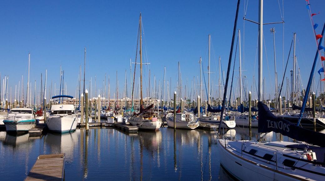 Kemah Boardwalk som inkluderar en marina, segling och en hamn eller havsbukt