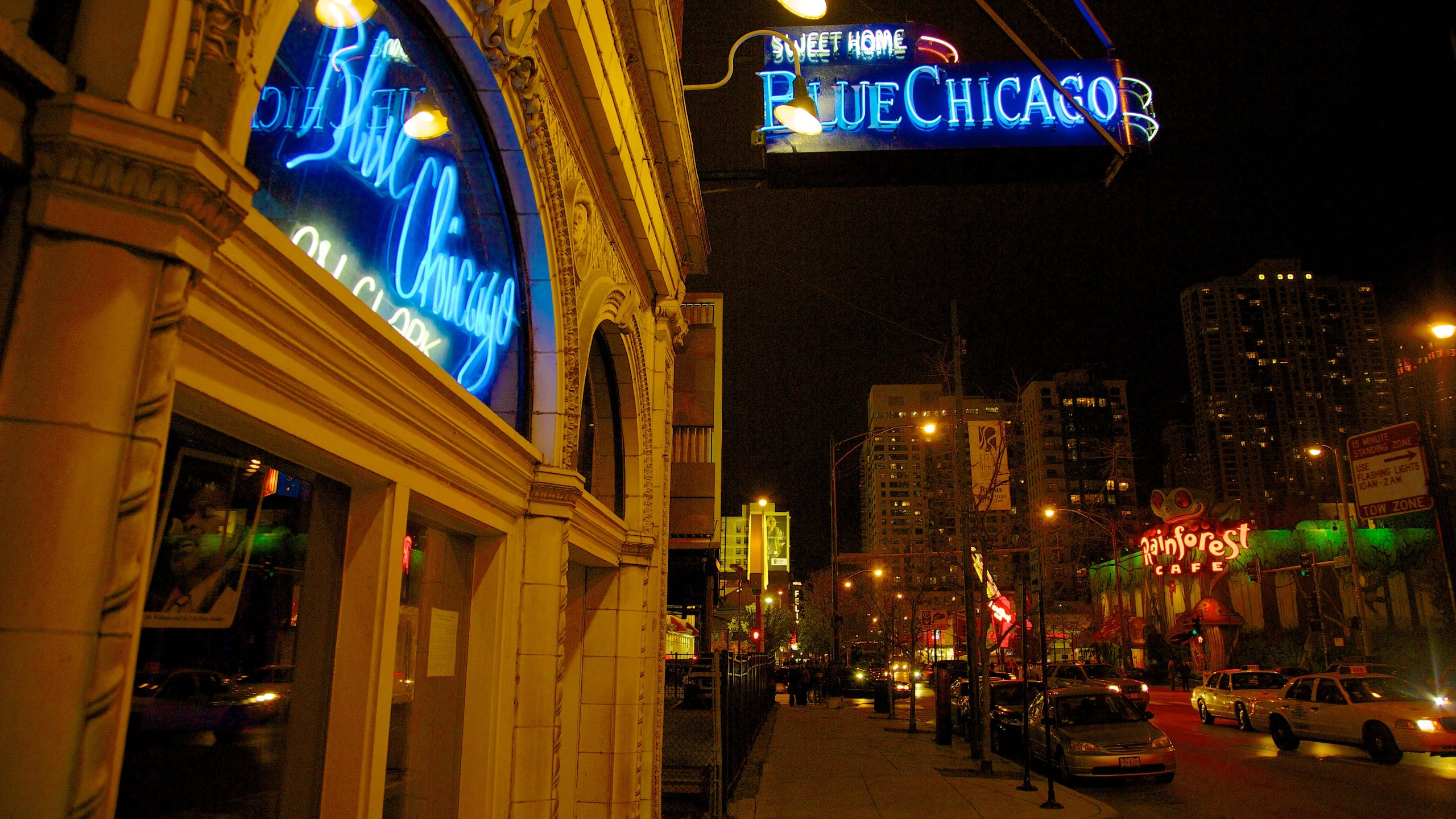During your visit to Chicago, you can find the perfect gifts to bring home at Michigan Avenue. Amble around this vibrant area's riverfront and enjoy its top-notch restaurants.
