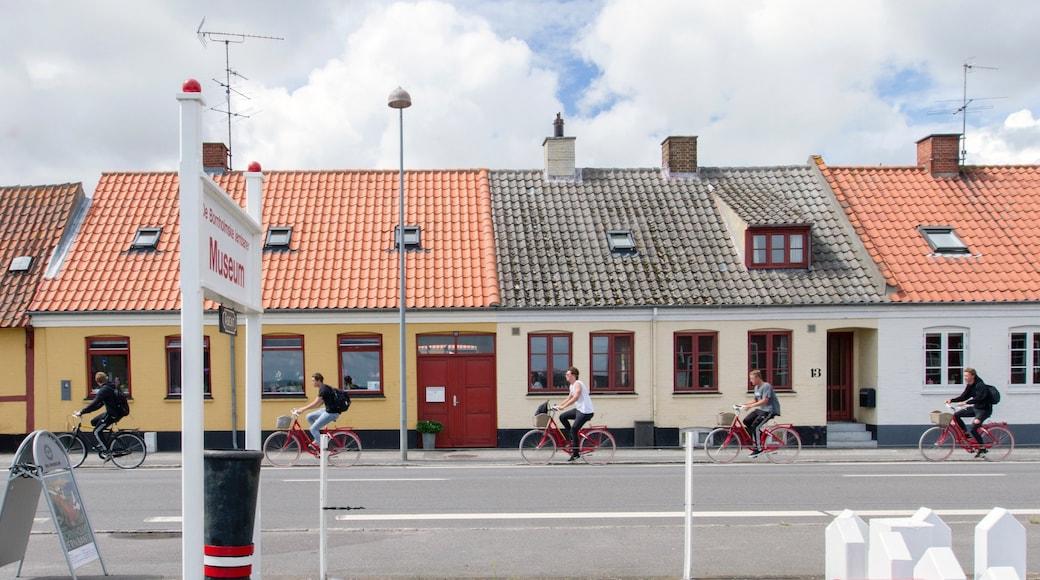 Nexo das einen Straßenradfahren sowie kleine Menschengruppe