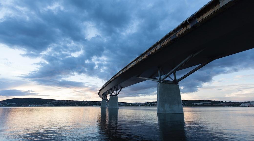 Sundsvall welches beinhaltet Brücke und See oder Wasserstelle