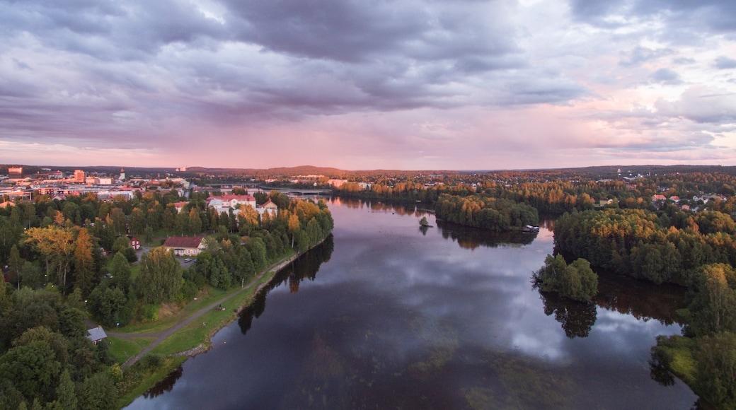 Skelleftea inclusief een rivier of beek, een stad en een zonsondergang