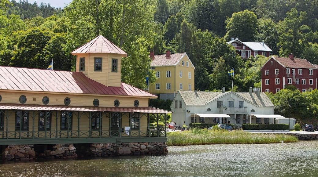 Uddevalla che include lago o sorgente d\'acqua