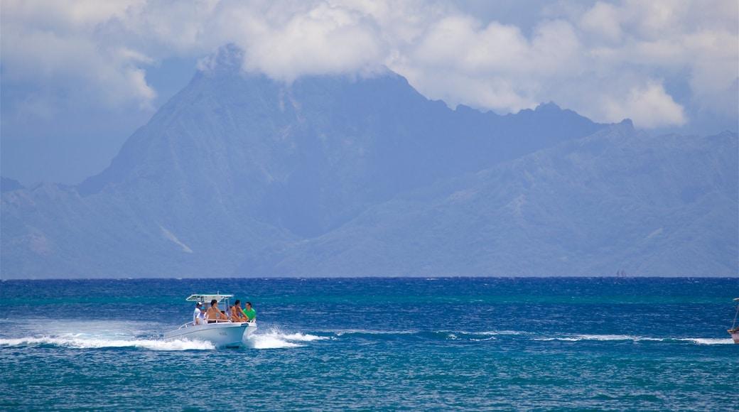 Black Sand Beach mit einem Bootfahren und allgemeine Küstenansicht sowie kleine Menschengruppe