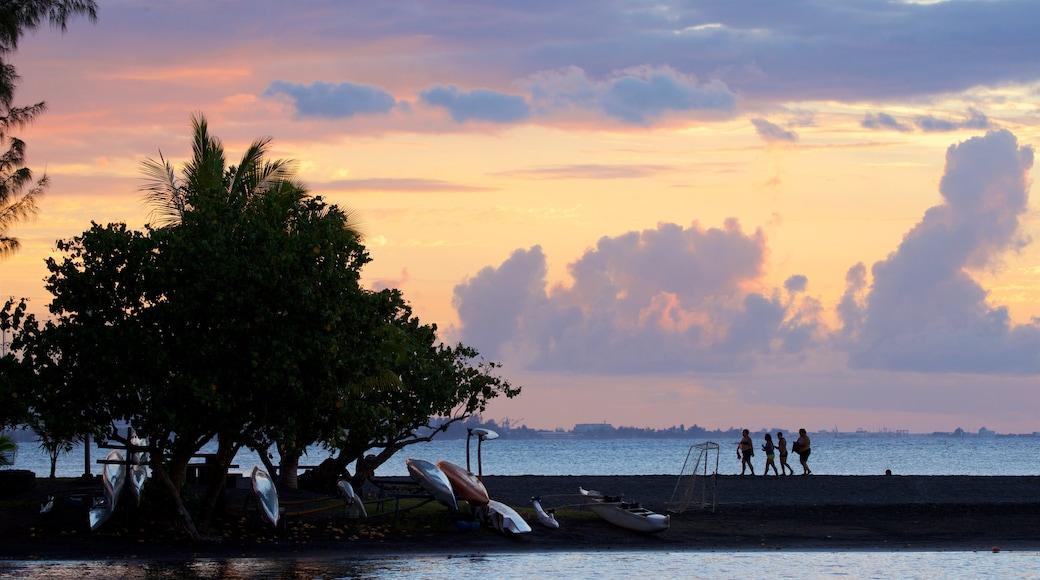 Mahina das einen allgemeine Küstenansicht und Sonnenuntergang