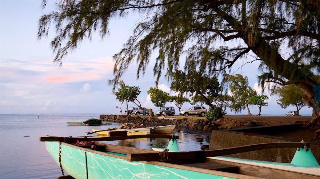 Mahina mit einem allgemeine Küstenansicht, tropische Szenerien und Sonnenuntergang