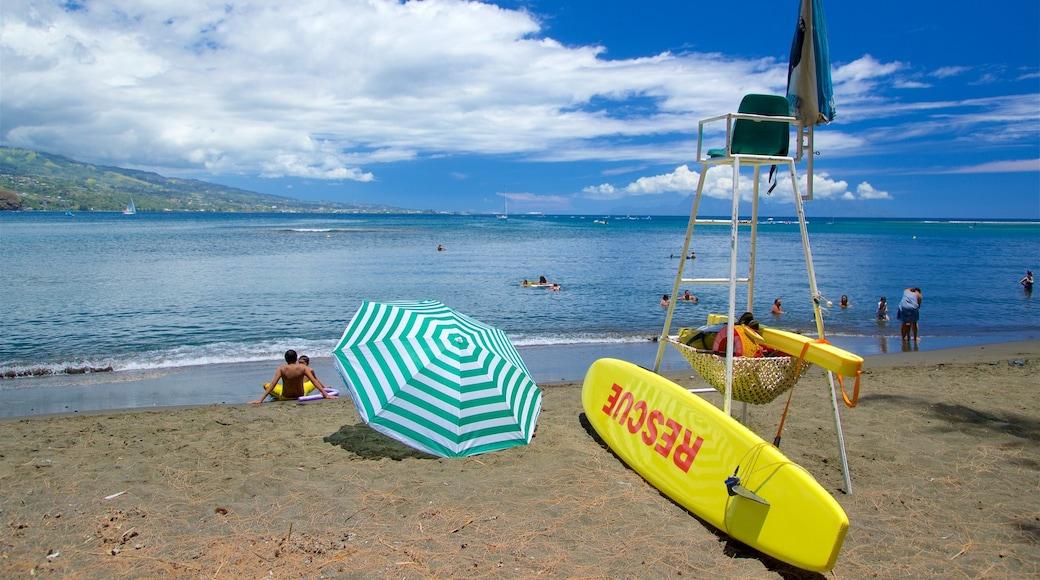 Black Sand Beach mit einem Strand, allgemeine Küstenansicht und Schwimmen
