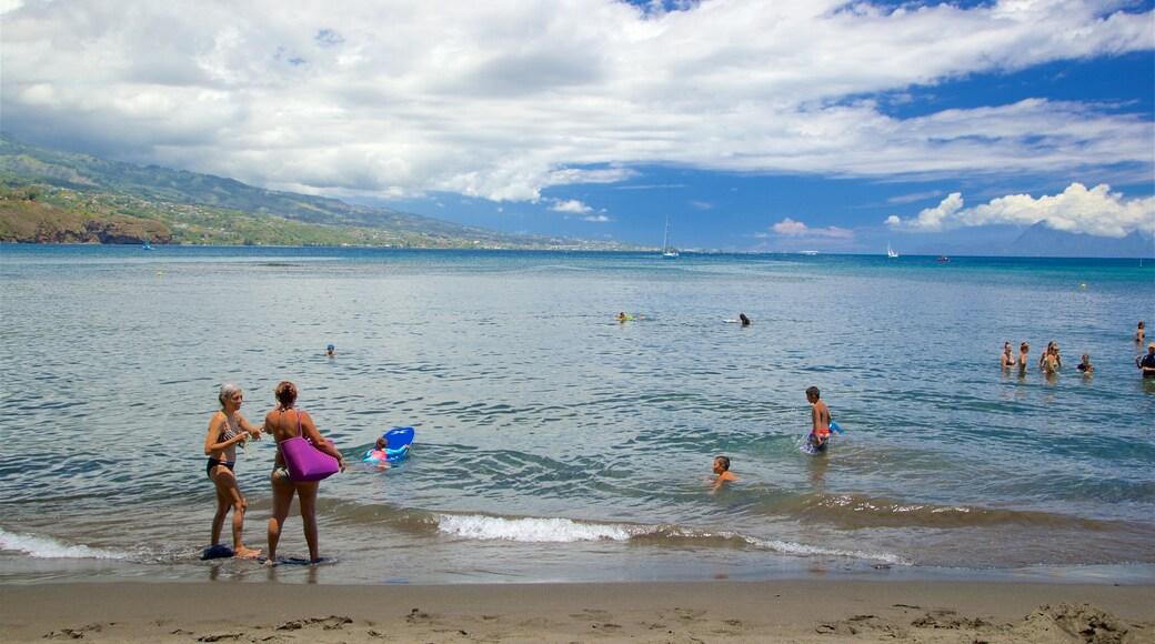 Black Sand Beach mit einem Schwimmen und allgemeine Küstenansicht sowie kleine Menschengruppe