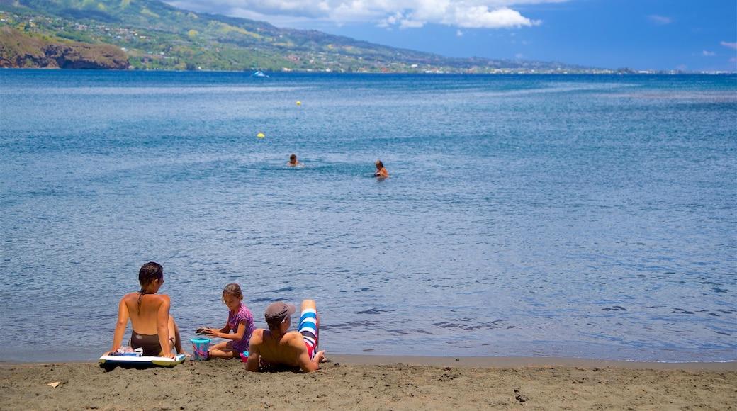 Black Sand Beach das einen allgemeine Küstenansicht sowie Familie