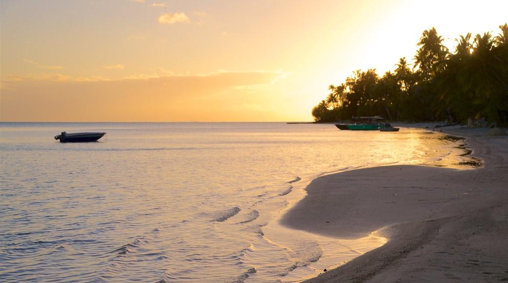 Matira strand som inkluderar kustutsikter, en solnedgång och en strand