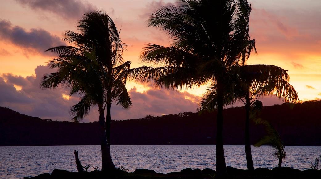 Hafen von Vaitape mit einem Sonnenuntergang und allgemeine Küstenansicht