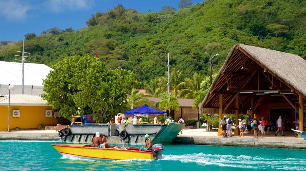 Hafen von Vaitape das einen tropische Szenerien, Bootfahren und allgemeine Küstenansicht