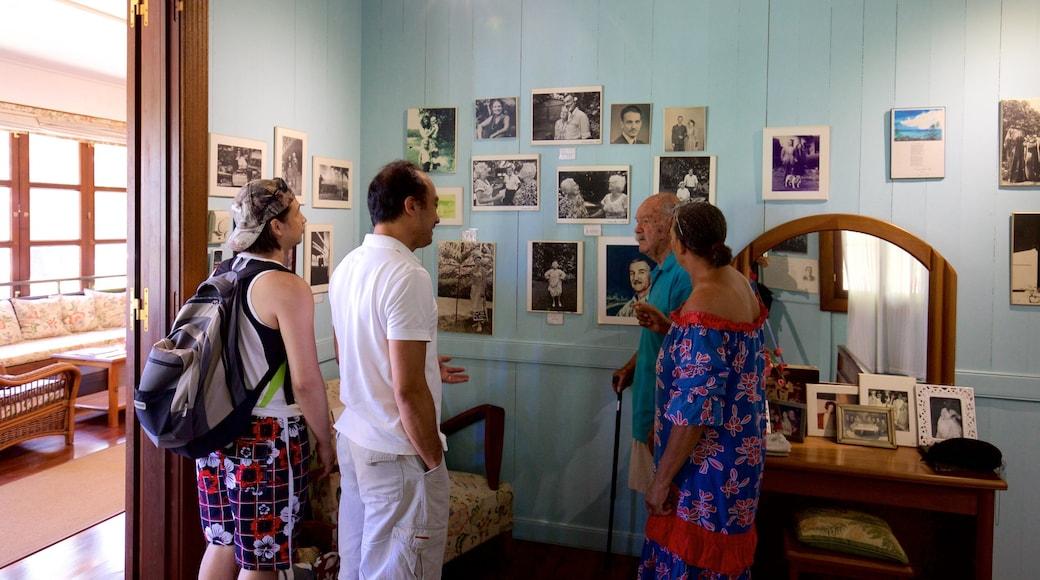 James Norman Hall Home welches beinhaltet Geschichtliches und Innenansichten sowie kleine Menschengruppe