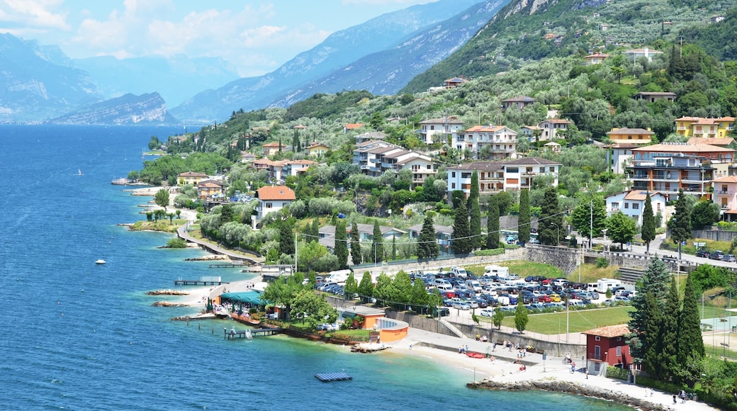 Malcesine som inkluderer kyst, kystby og rolig landskap