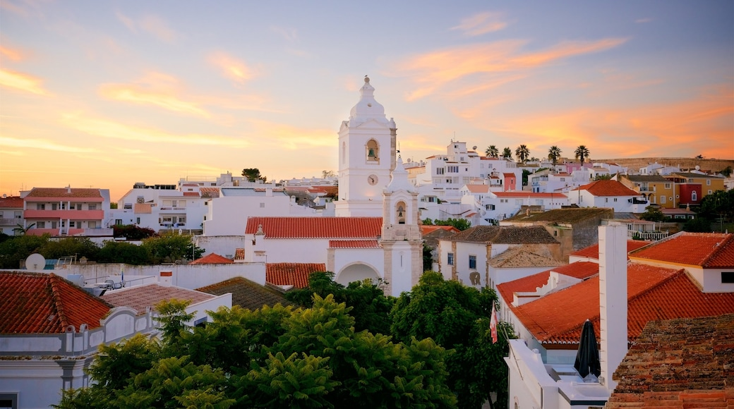 Santo Antonio Church inclusief een stad en een zonsondergang