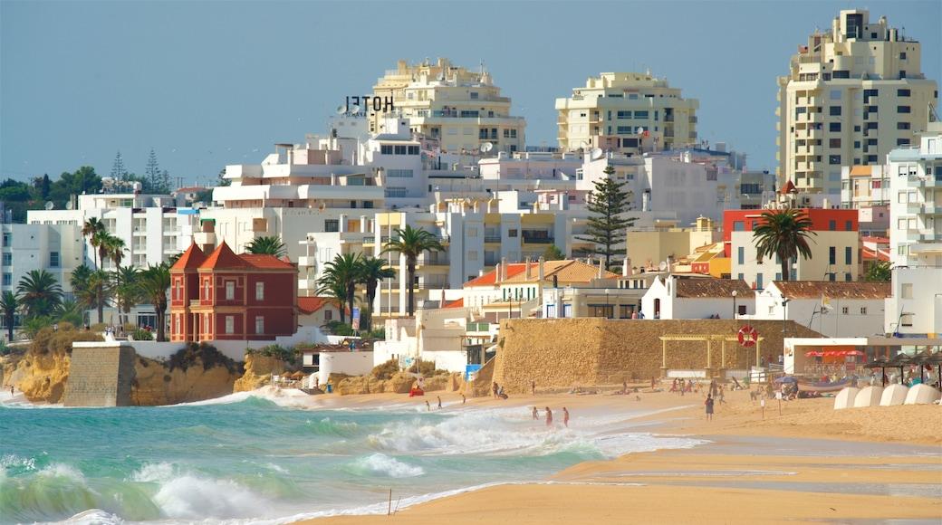 Plage de Salgados montrant ville, plage et vagues