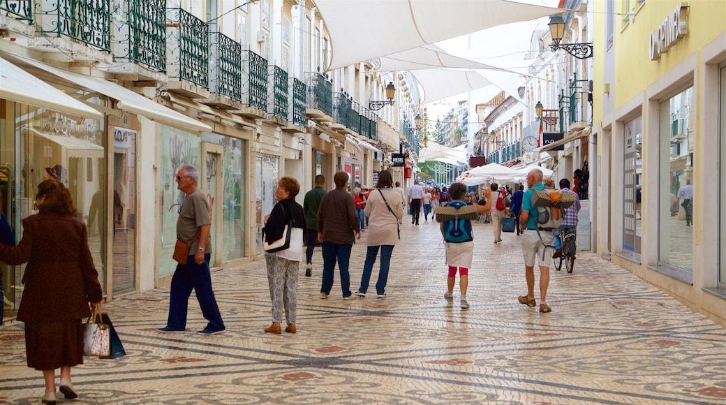 Faro Old Town en ook een klein groepje mensen