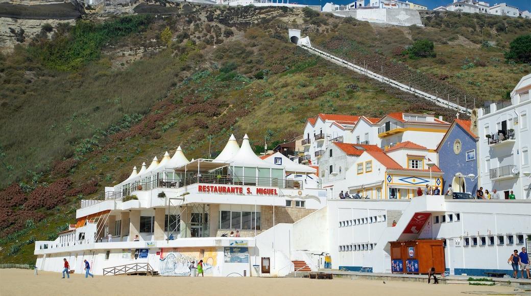 Nazare Beach mettant en vedette plage et ville côtière