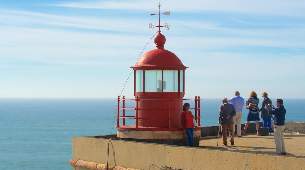 Nazaré das einen Ansichten und Leuchtturm sowie kleine Menschengruppe