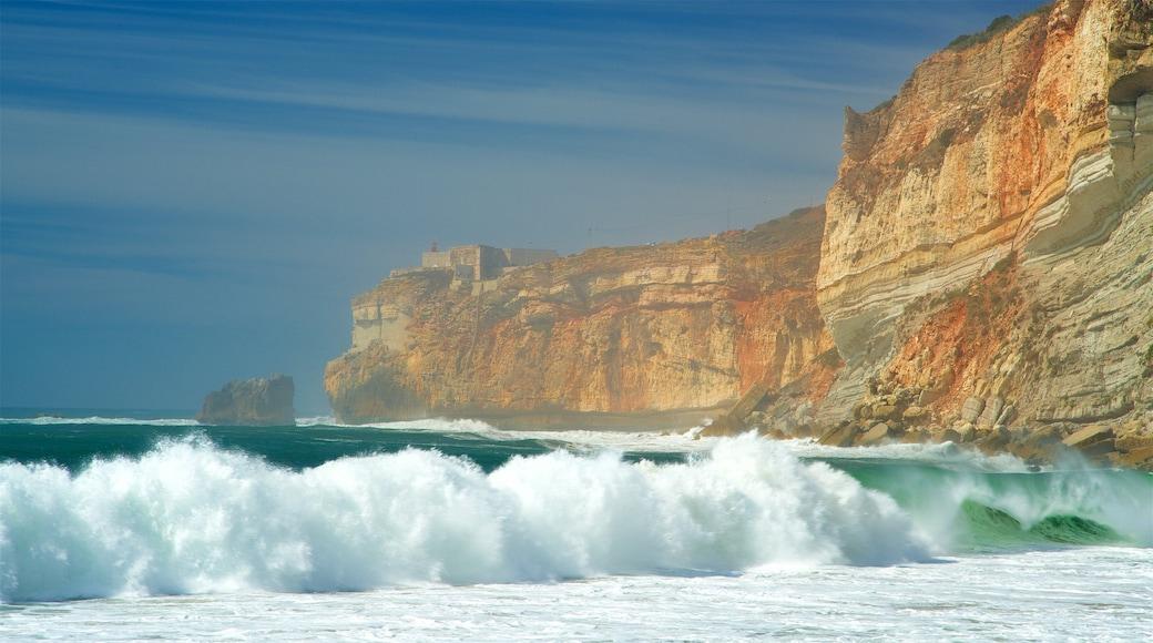 Nazare Beach qui includes vues littorales, côte escarpée et vagues