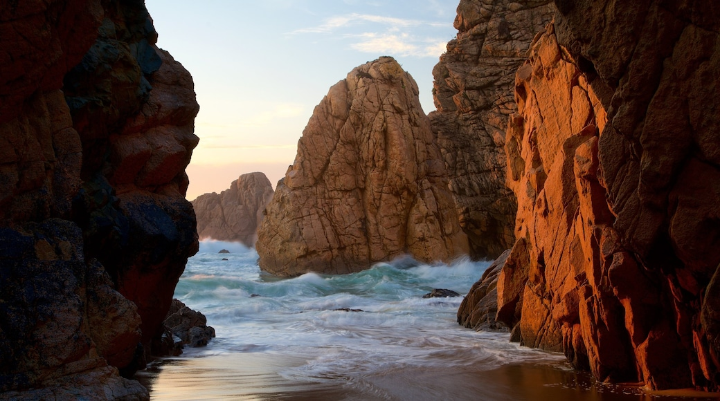 Ursa Beach mostrando costa frastagliata, tramonto e vista della costa