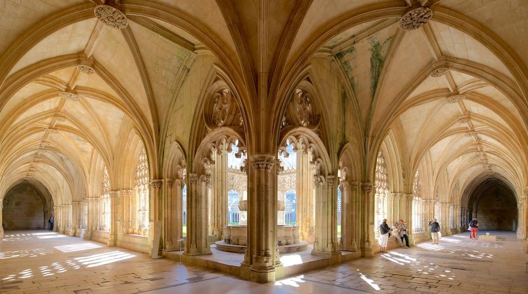 Monasterio de Batalha ofreciendo vistas de interior y elementos patrimoniales