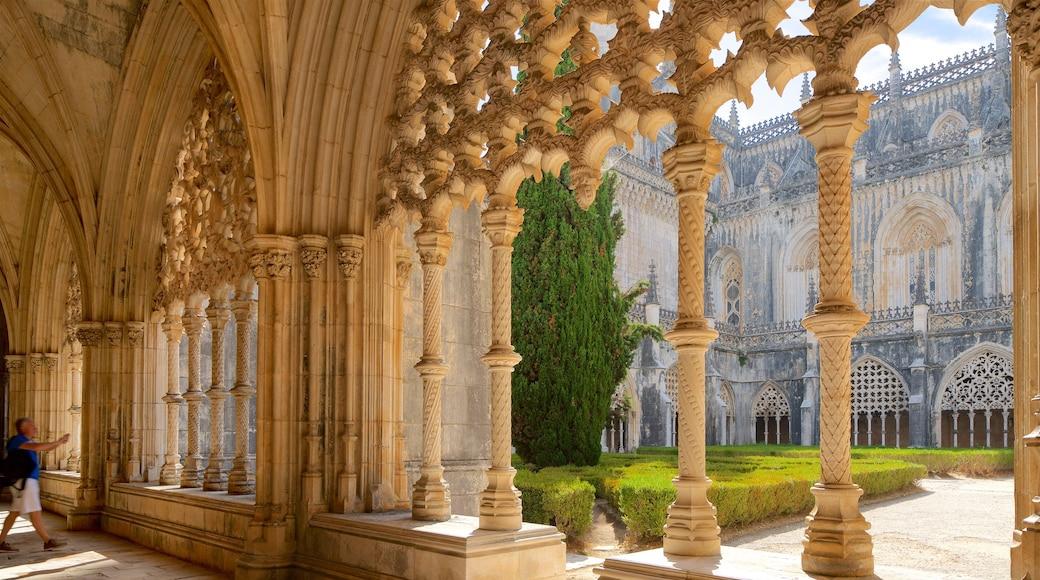 Monasterio de Batalha ofreciendo elementos patrimoniales y un parque