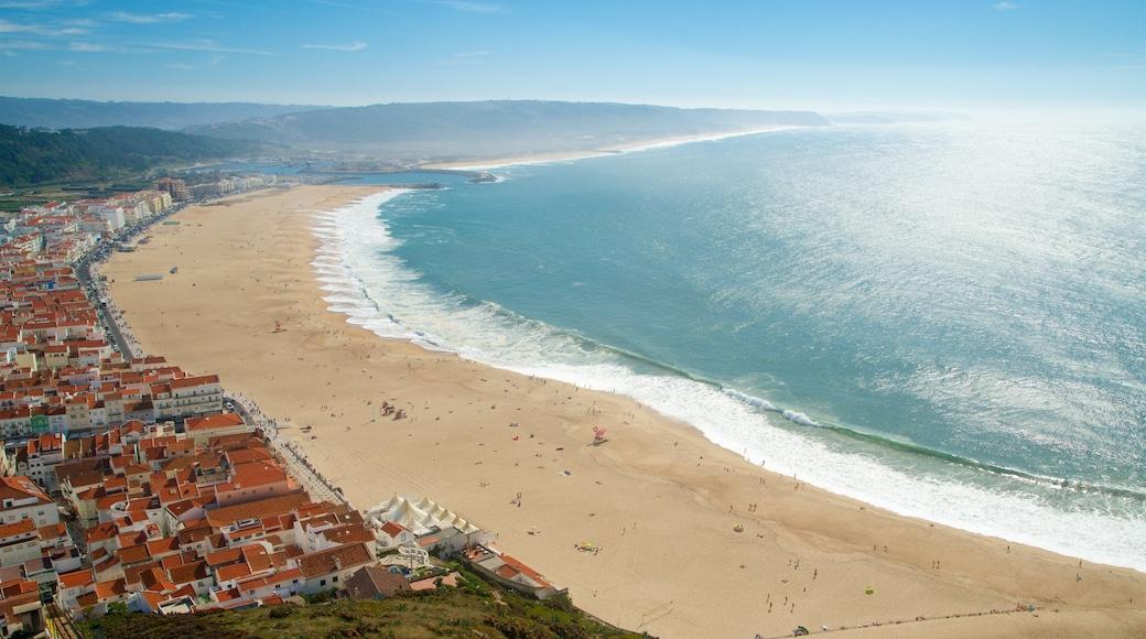 Nazaré qui includes ville côtière, plage et vues littorales