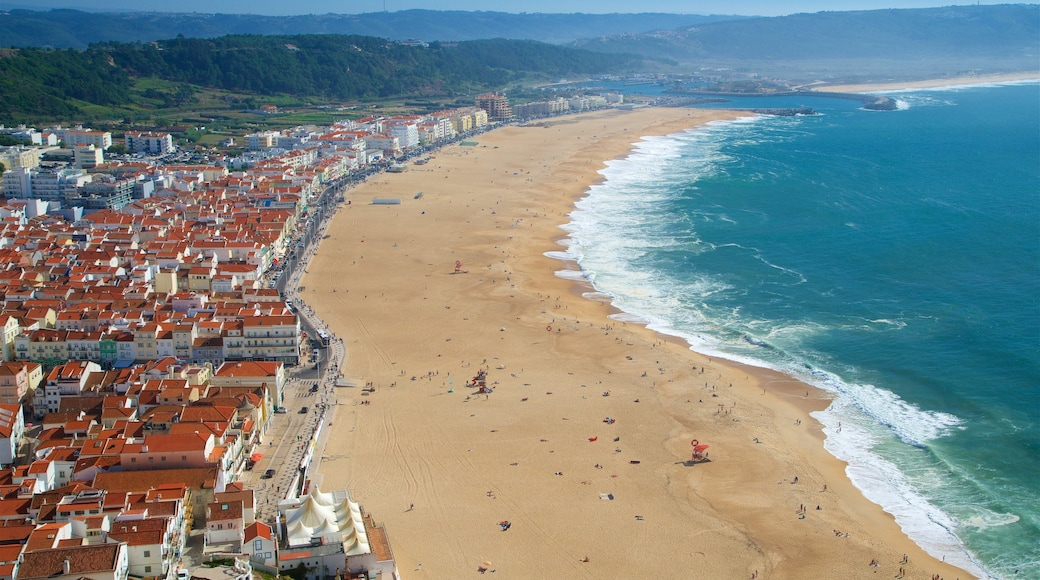 Nazaré mettant en vedette ville côtière, vues littorales et plage