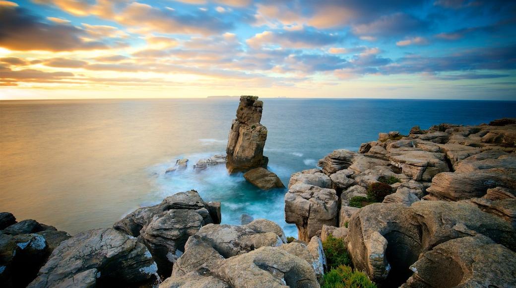 Cabo Carvoeiro ofreciendo un atardecer, litoral accidentado y vistas de una costa