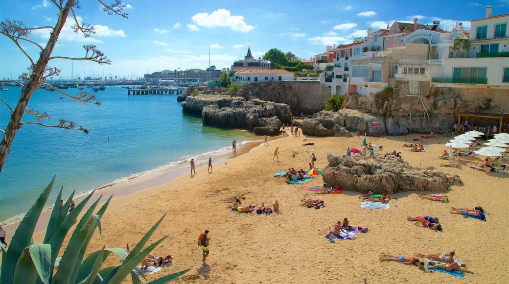 Rainha Beach toont rotsachtige kustlijn, een strand en een kuststadje