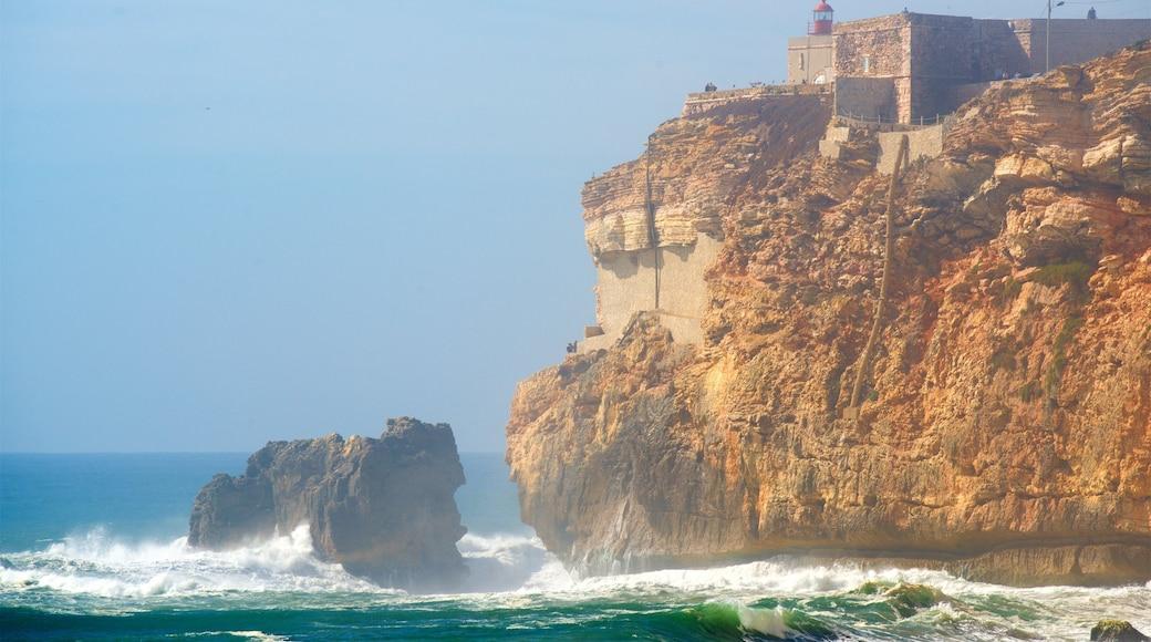 Nazaré mit einem allgemeine Küstenansicht, Wellen und Felsküste