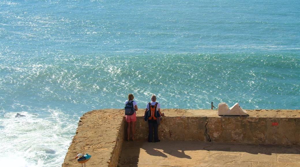 Nazaré das einen allgemeine Küstenansicht und Ansichten sowie Paar