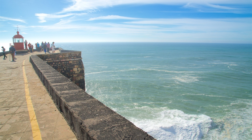 Nazaré welches beinhaltet Leuchtturm, allgemeine Küstenansicht und Ansichten