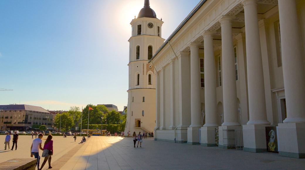 Cattedrale di Vilnius caratteristiche di oggetti d\'epoca e piazza cosi come un piccolo gruppo di persone