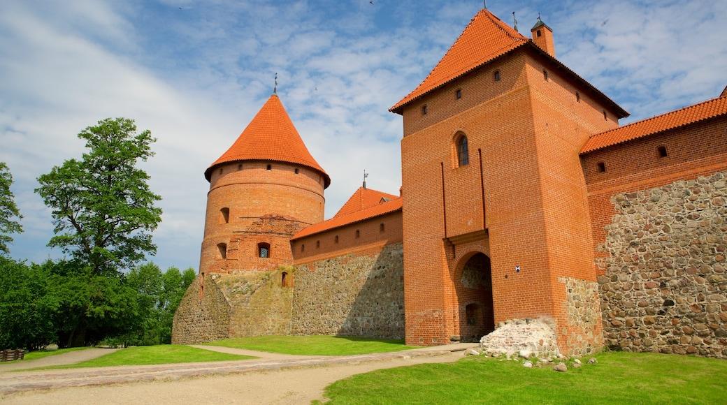 Castello dell\'isola Trakai mostrando oggetti d\'epoca e castello