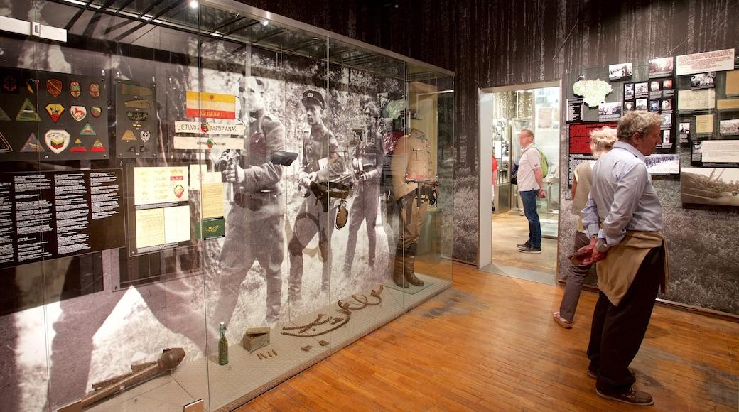 Museo delle vittime dei genocidi mostrando vista interna cosi come un piccolo gruppo di persone