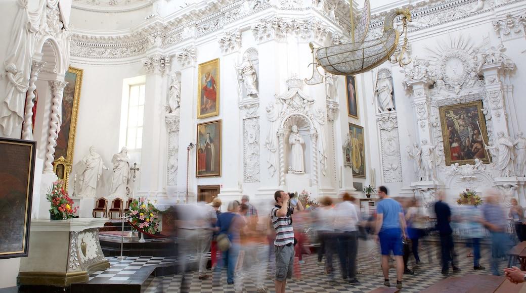 Chiesa dei SS. Pietro e Paolo che include chiesa o cattedrale, vista interna e oggetti d\'epoca