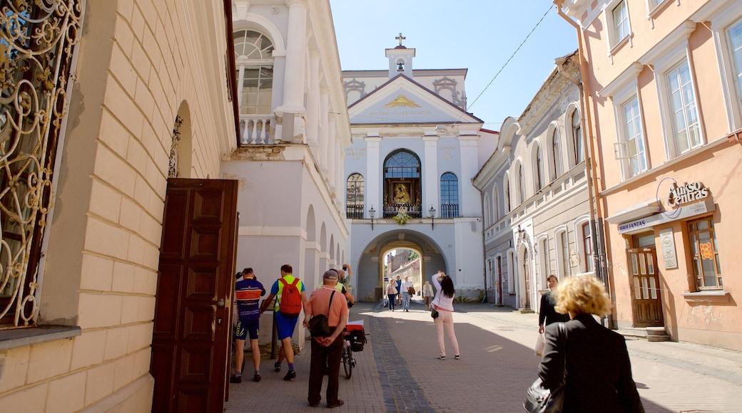 Porta dell\'alba che include chiesa o cattedrale cosi come un piccolo gruppo di persone