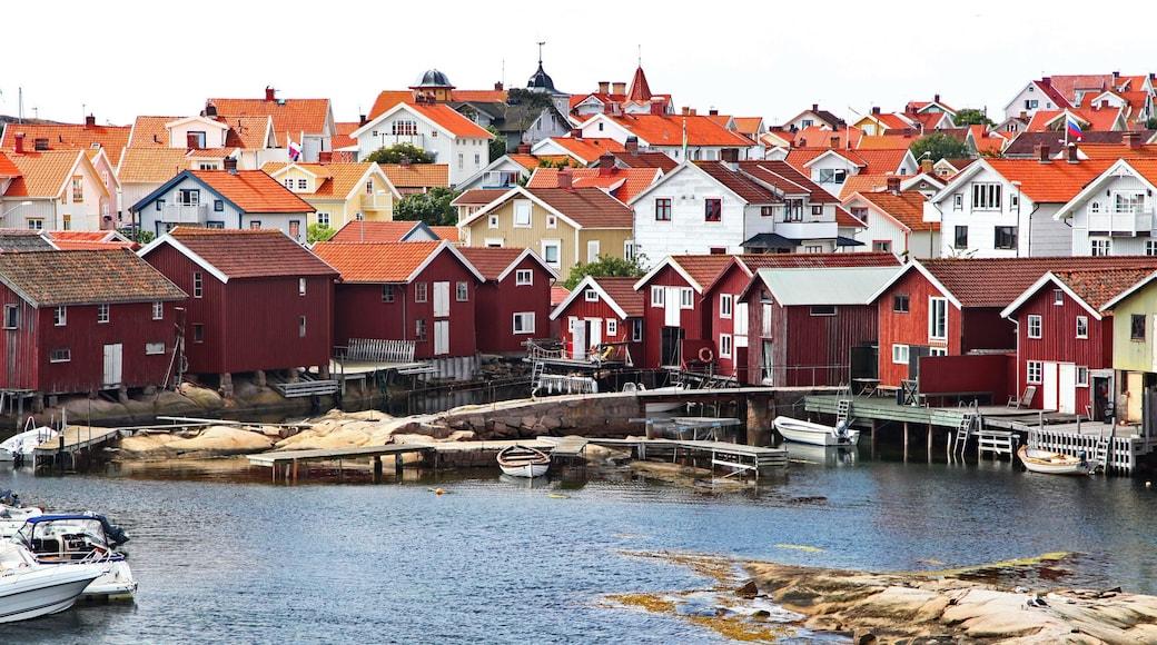 Smögen mettant en vedette rivière ou ruisseau et ville