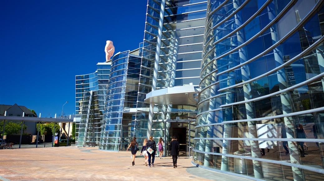 Christchurch Art Gallery mostrando arquitectura moderna y también un pequeño grupo de personas