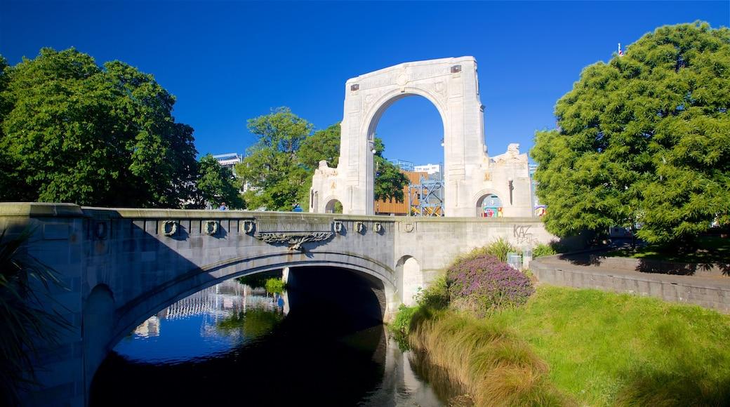 Bridge of Remembrance mostrando un puente, elementos patrimoniales y un río o arroyo