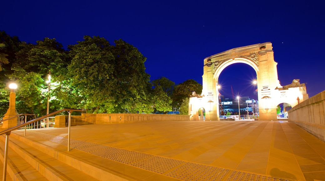 Bridge of Remembrance que incluye elementos patrimoniales y escenas de noche