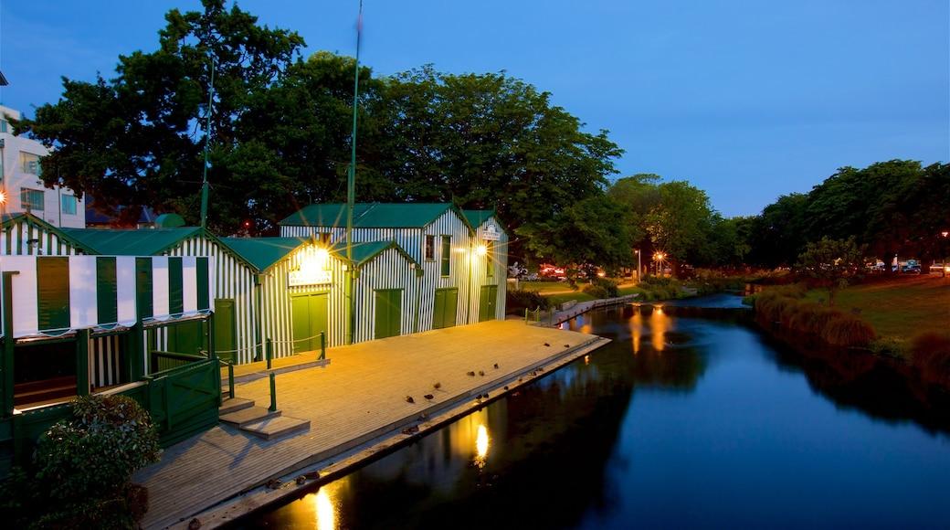 Punting on the Avon mostrando escenas nocturnas y un río o arroyo