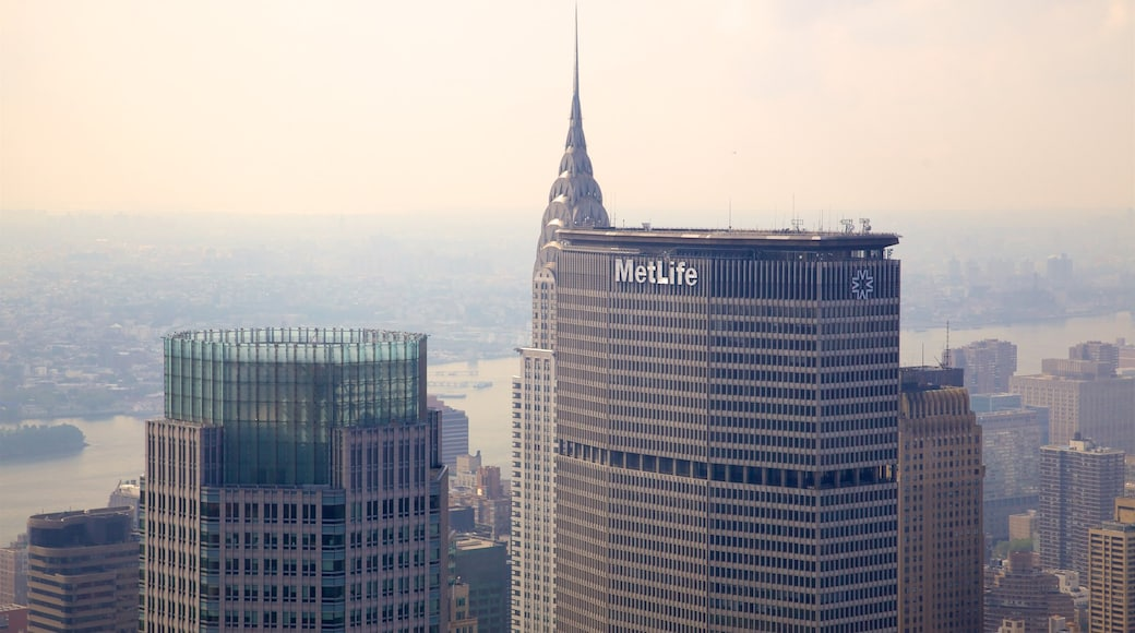 Rockefeller Center fasiliteter samt landskap, elv eller bekk og tåke