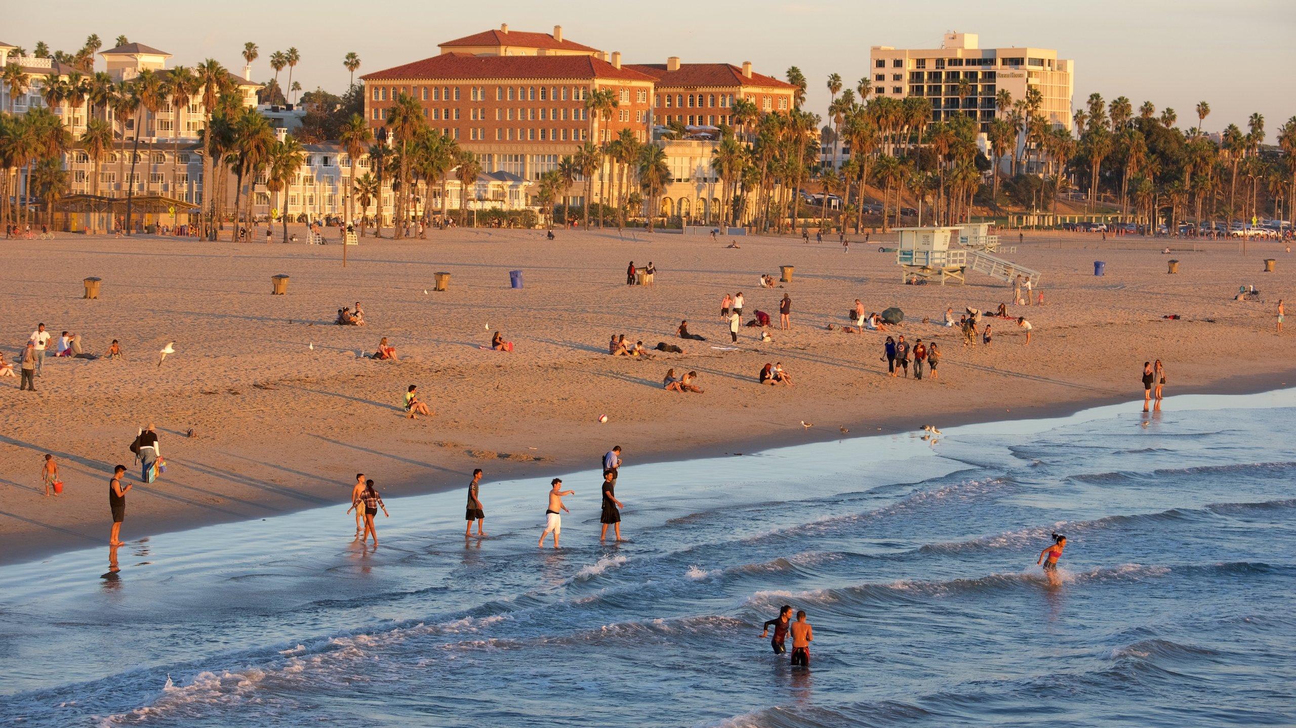 Tillbringa en lat dag i solen på Santa Monica Beach (strand) under din resa till Santa Monica. Detta promenadvänliga område är känt för sina restauranger, och många kommer även hit för konsten.