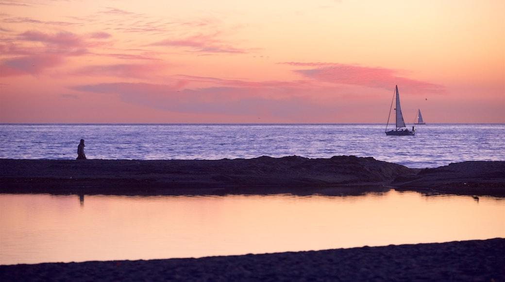 Santa Monica Beach welches beinhaltet allgemeine Küstenansicht und Sonnenuntergang