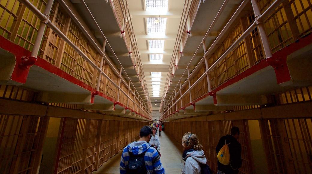 Alcatraz Island aussi bien que petit groupe de personnes