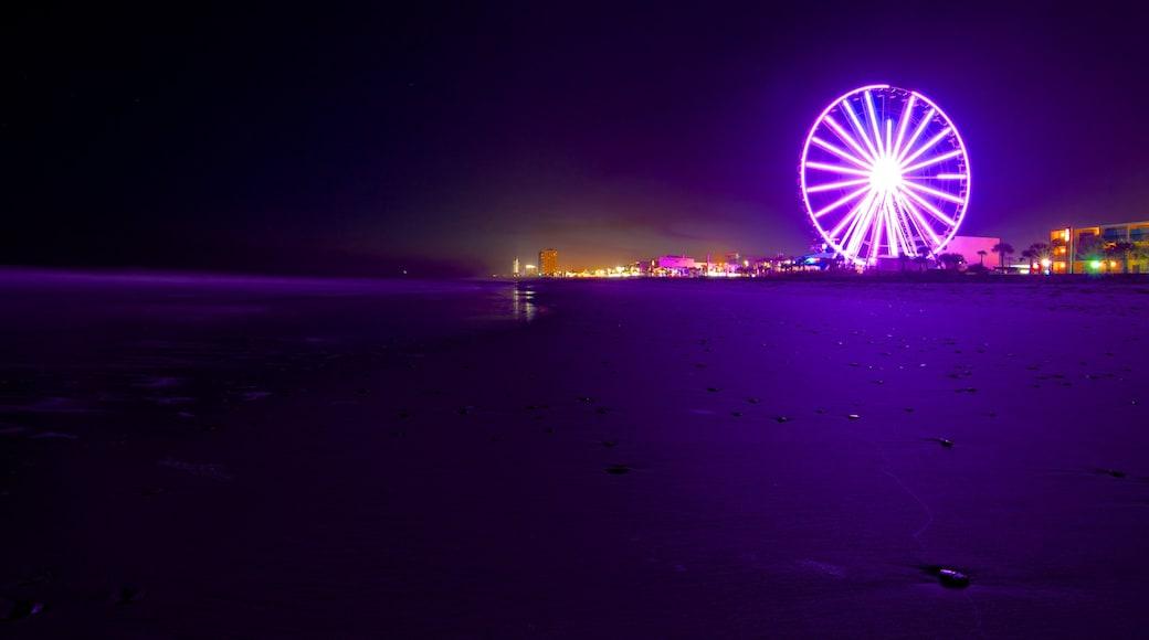 SkyWheel Myrtle Beach das einen bei Nacht und allgemeine Küstenansicht